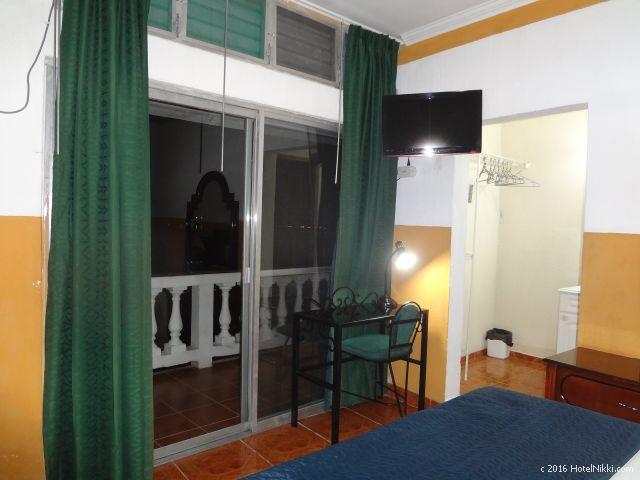 グアテマラ・フローレスのホテル・ヴィラ・デル・ラゴ、大きな窓からバルコニーに出れます