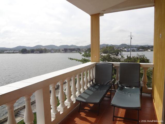 グアテマラ・フローレスのホテル・ヴィラ・デル・ラゴ、バルコニーにはデッキチェアあり