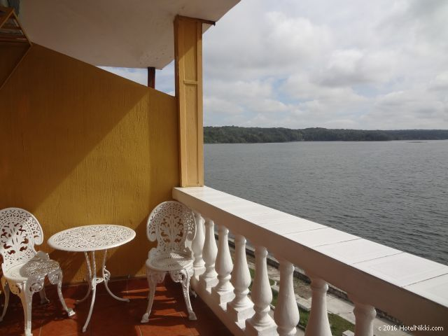 グアテマラ・フローレスのホテル・ヴィラ・デル・ラゴ、バルコニーにチェアとテーブルあり