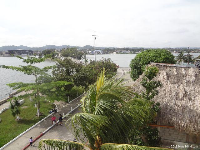 グアテマラ・フローレスのホテル・ヴィラ・デル・ラゴ、バルコニーから下を眺めた感じ