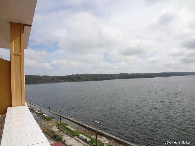 グアテマラ・フローレスのホテル・ヴィラ・デル・ラゴ、ずっと眺めていられる湖の景色