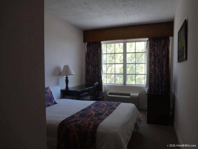ベリーズ・ベリーズシティーのシャトーカリビアンホテル、ダブルルームの客室はとても狭いです