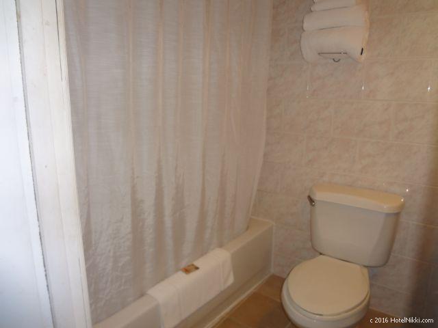 ベリーズ・ベリーズシティーのシャトーカリビアンホテル、バスルームにはバスタブ付き