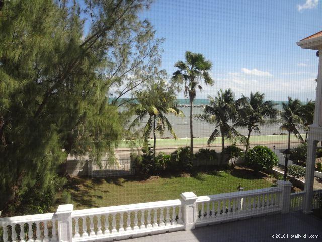 ベリーズ・ベリーズシティーのシャトーカリビアンホテル、窓からの景色はオーシャンビューです