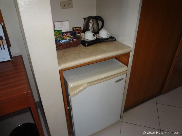キンバリーホテルマニラ、ティーセットと冷蔵庫