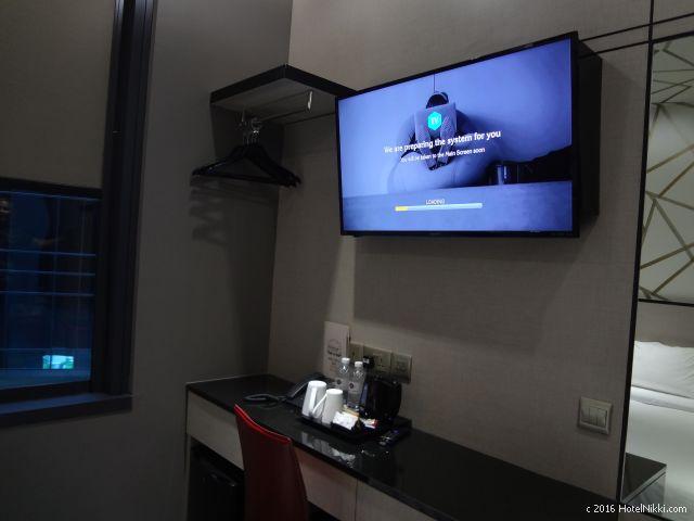 ホテルボス シンガポール、金庫と冷蔵庫、コーヒーセットなど