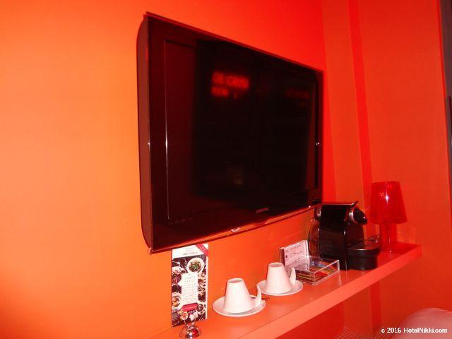 ワンダーラスト シンガポール、テレビとコーヒーセットなど