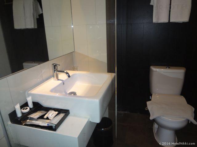 アートテル ジャカルタ タムリン、バスルームのシンクとトイレ