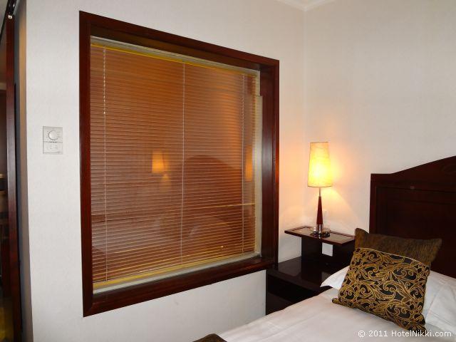 ハワード ジョンソン パラゴン ホテル 北京 ベッドすぐ横のお風呂の窓
