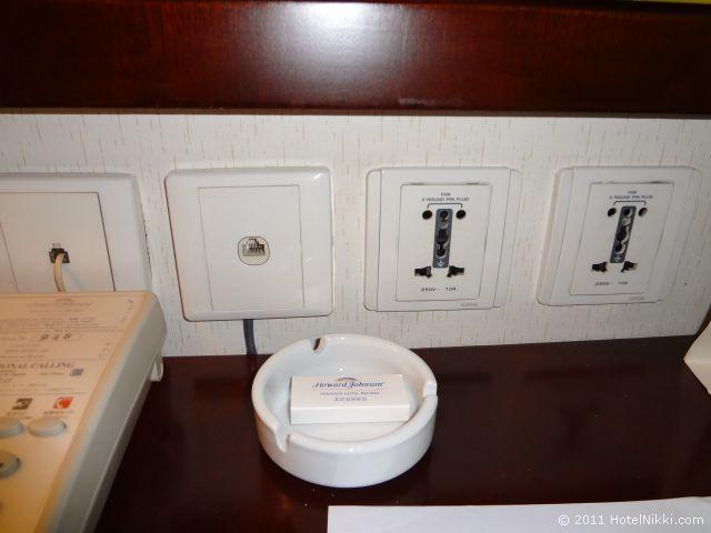 ハワード ジョンソン パラゴン ホテル 北京 デスクの上のコンセント、ユニバーサルタイプです