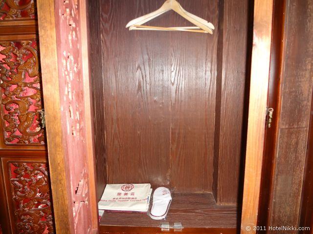 北京 ダブル ハピネス ホテル、ロッカー内にスリッパあり