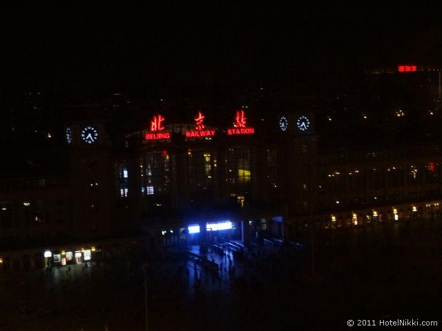 ハワード ジョンソン パラゴン ホテル 北京、夜の窓からの景色 北京駅
