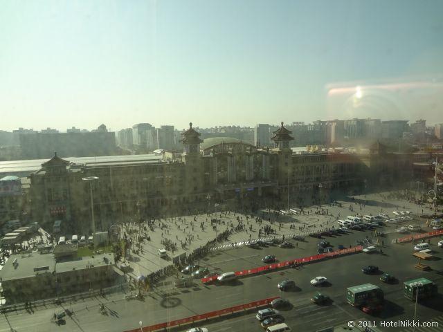 ハワード ジョンソン パラゴン ホテル 北京、昼間の窓からの景色 北京駅です