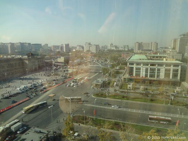 ハワード ジョンソン パラゴン ホテル 北京、昼間の窓からの景色 まわりはにぎやかです