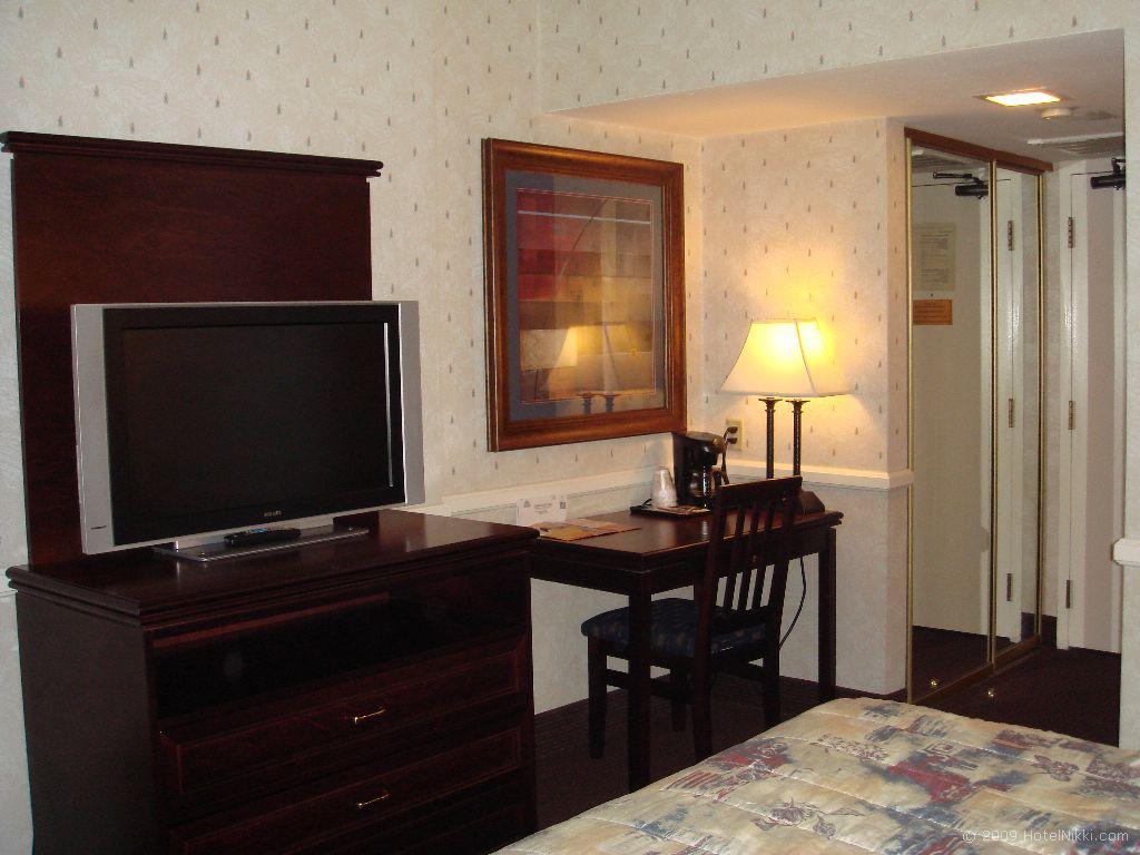 フォークイーンズ・ホテル・アンド・カジノ・ラスベガス テレビとデスク