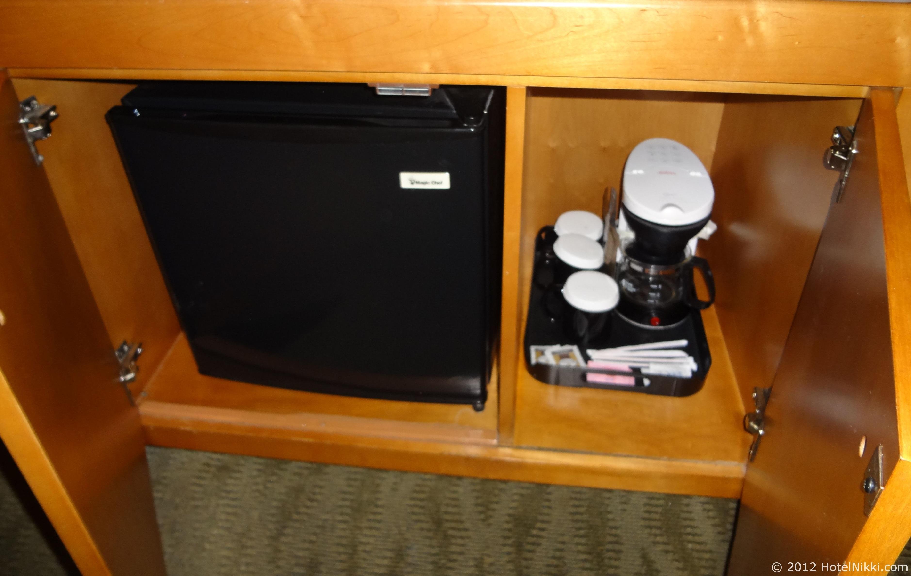 ベストウェスタンプラスラスブリサスホテル コーヒーメーカーと冷蔵庫