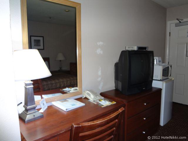 デイズ イン サン フランシスコ サウス/オイスター ポイント エアポート デスクとテレビ、冷蔵庫、電子レンジなど