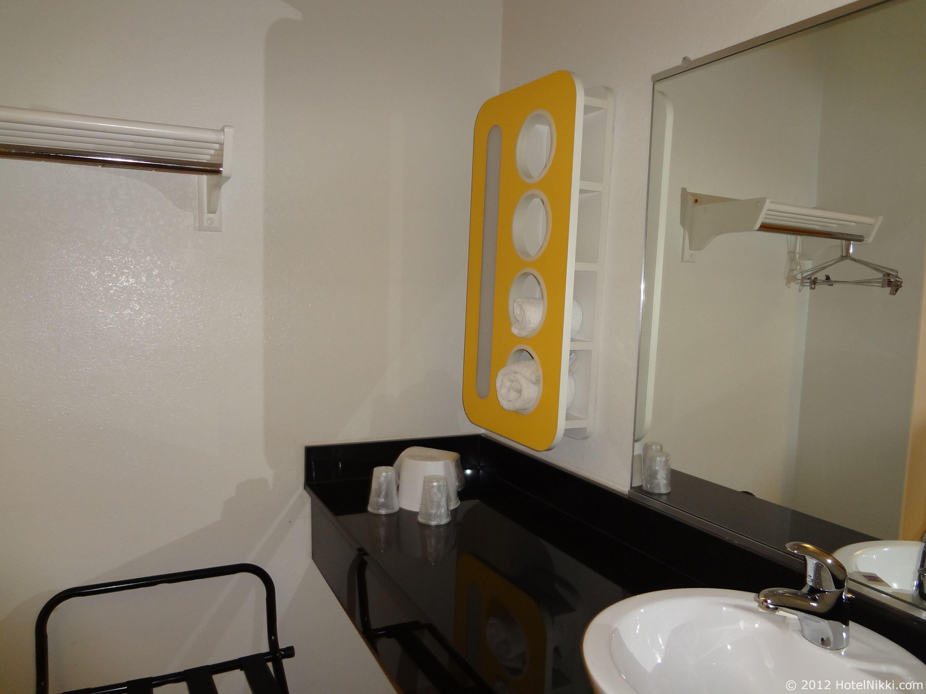モーテル6オースティンセントラル-ノース 洗面エリアとクローゼット