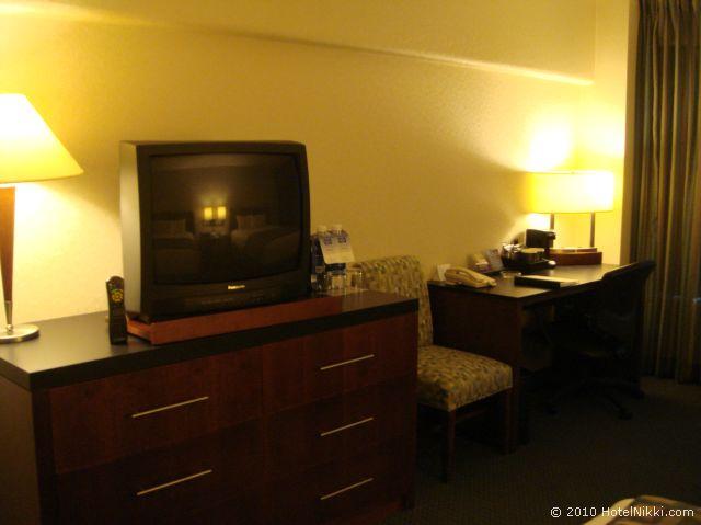 ハイアット リージェンシー オレンジ カウンティ ホテル、テレビ・デスク・コーヒーセット