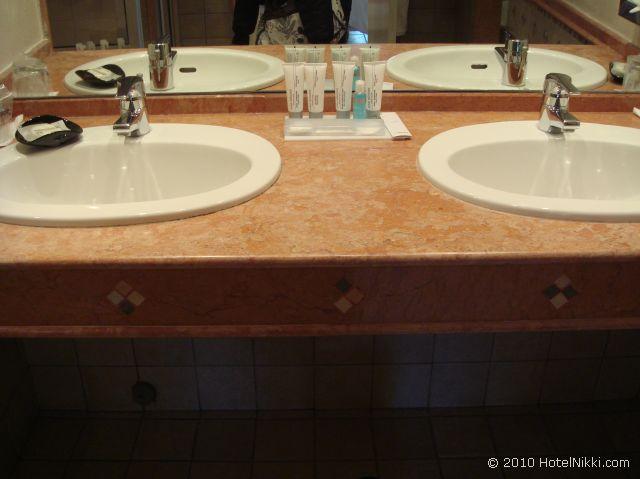 ル メリディアン エンフィス スイートルームのバスルーム、ダブルシンクです