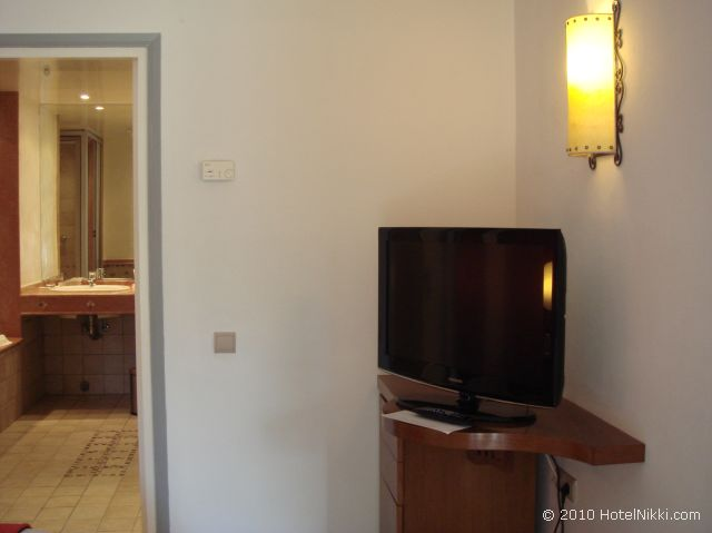 ル メリディアン エンフィス スイートルームベッドルームのテレビ