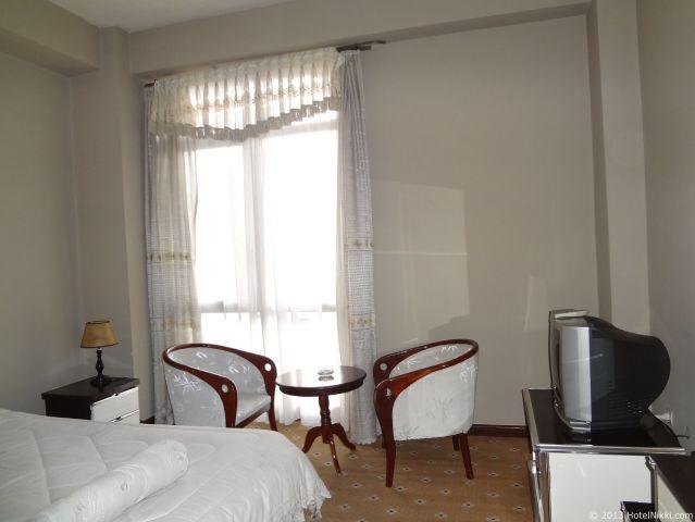 ホテル デ レオポル インターナショナル アディスアベバ、イスとテーブルあり