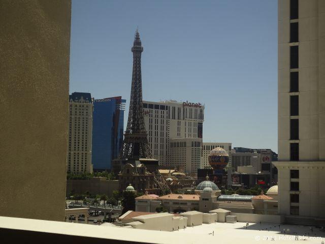 ノブ ホテル アット シーザーズ パレス、窓からの景色はパリスのエッフェル塔でした