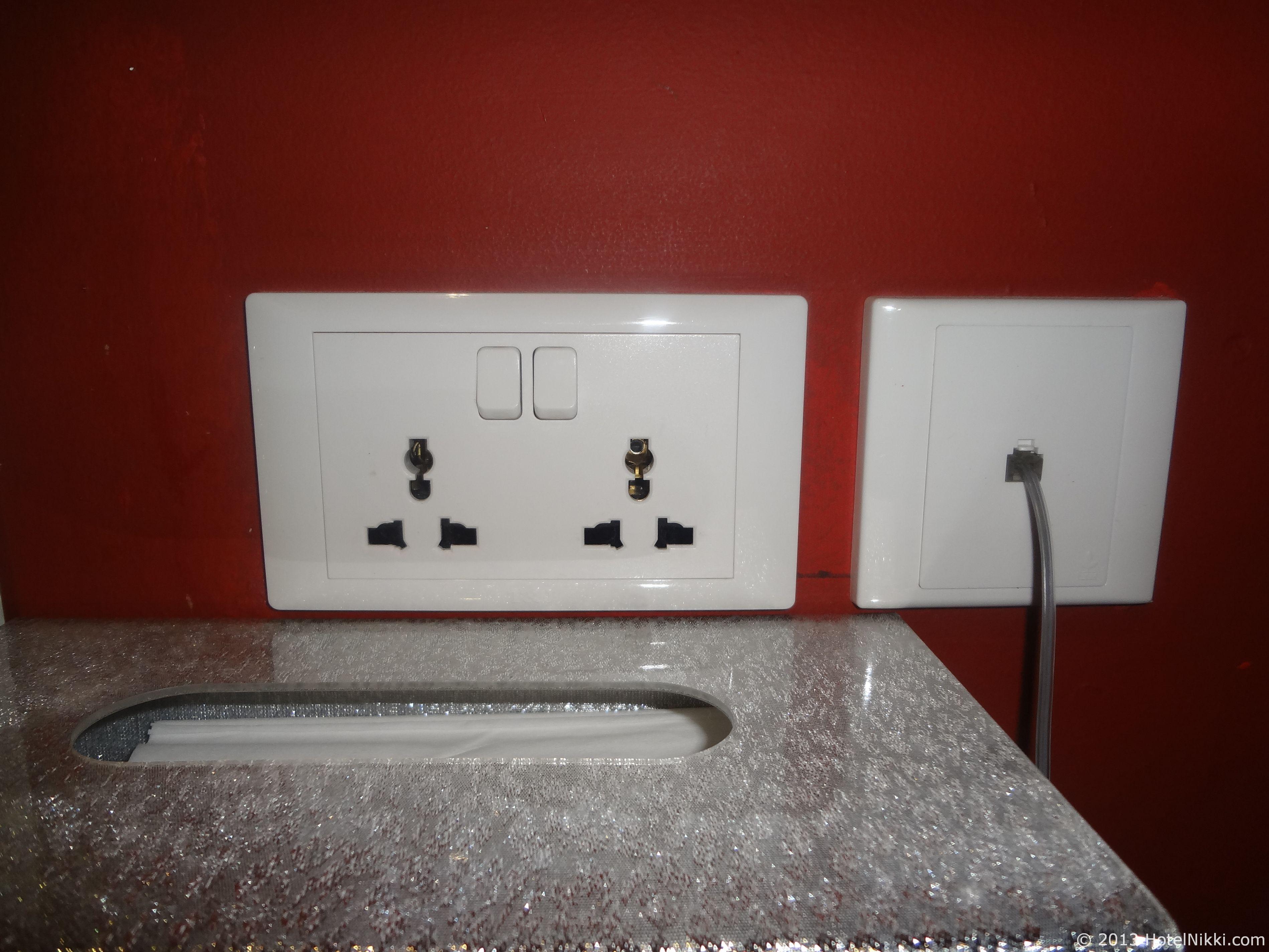 サンタ グランド ホテル ライ チュン エン ユニバーサルタイプのコンセントがデスクに2つ