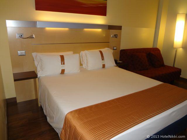 ホリデーインエクスプレス ミラノマルペンサ空港 クイーンベッド+ソファーベッドルーム