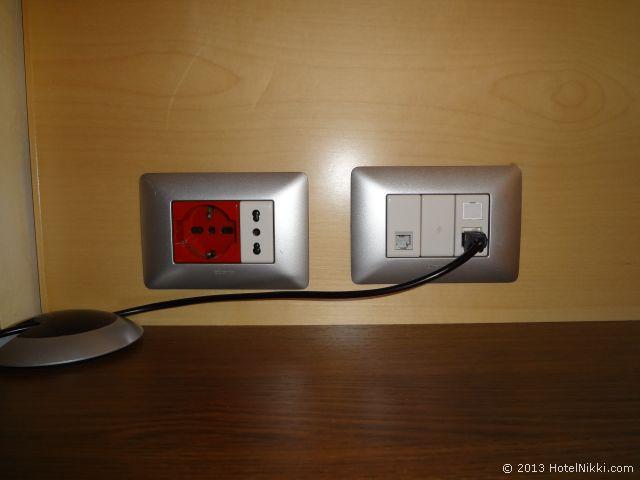 ホリデーインエクスプレス ミラノマルペンサ空港 デスクの上の電源