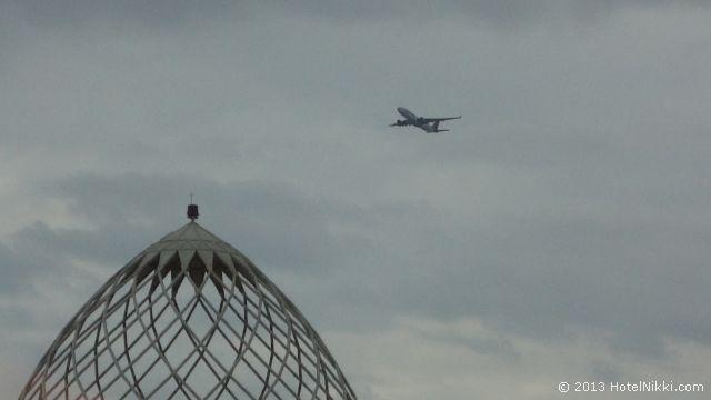 モーベンピック タワー & スイーツ ドーハ ドーハ空港から離陸した飛行機