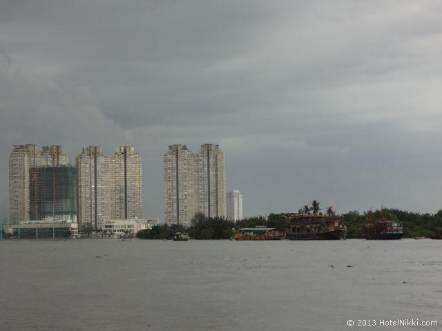 ホーチミンシティ、2013年12月 サイゴンリバー、高層マンションでしょうか
