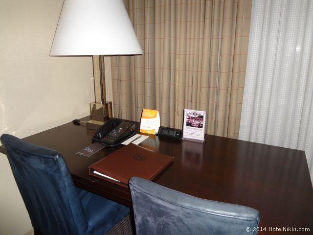 シェラトンパークホテル アナハイムリゾート デスク、イスが二つ