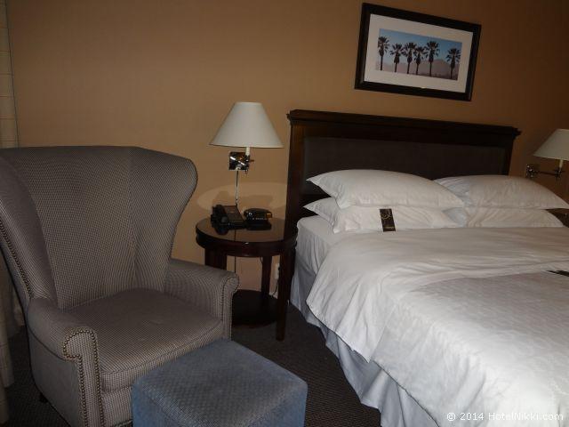 シェラトンパークホテル アナハイムリゾート ベッドの横にチェアあり