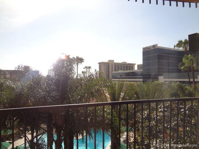 シェラトンパークホテル アナハイムリゾート バルコニーからはプールや近隣のリゾートホテルが見えます