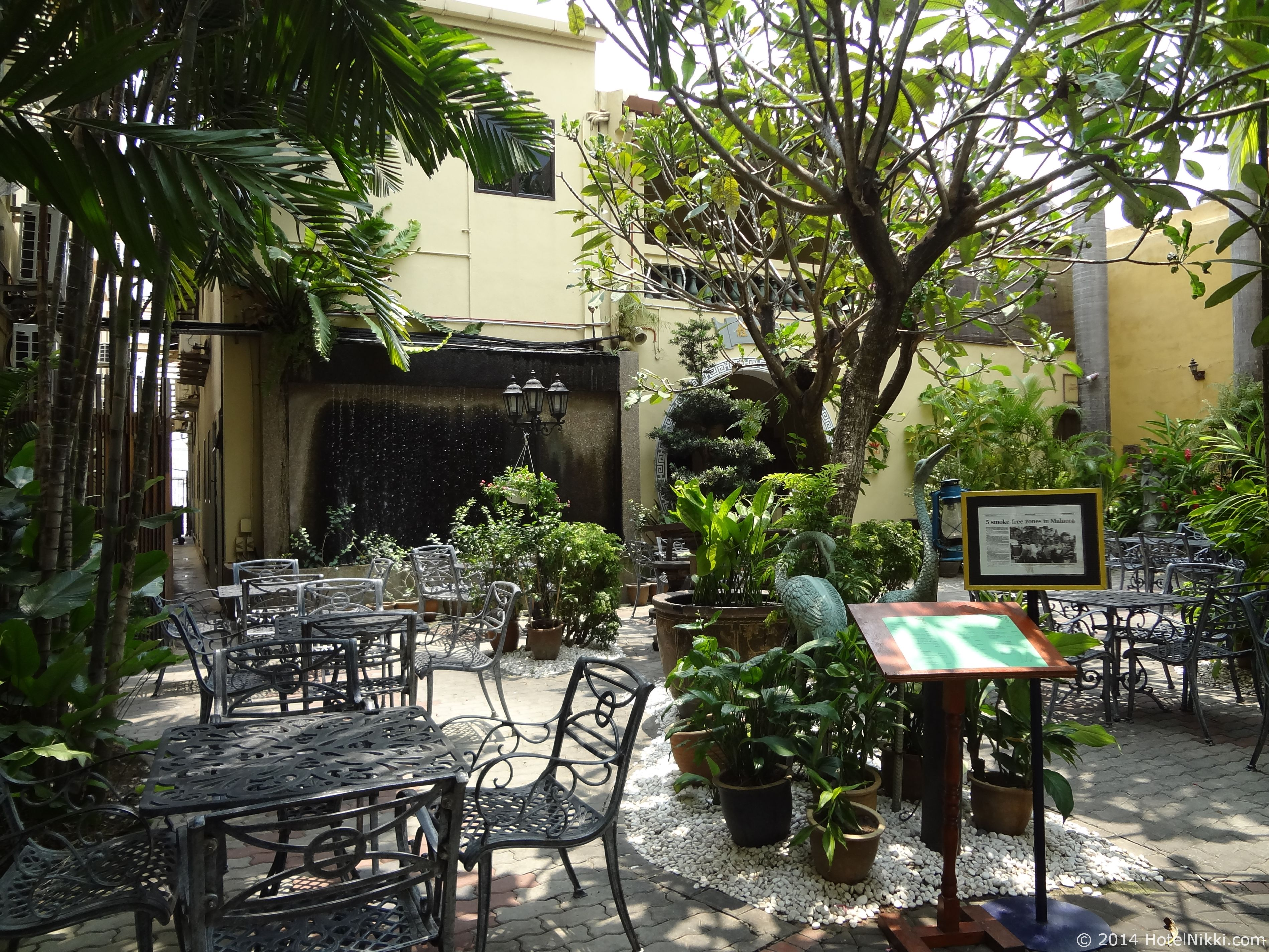ホテルプリマラッカ 中庭レストラン