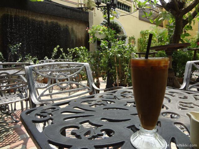 2014年3月、マレーシア・マラッカ写真旅行記 プラナカン文化で有名なホテルプリの中庭でアイスコーヒーをいただきます