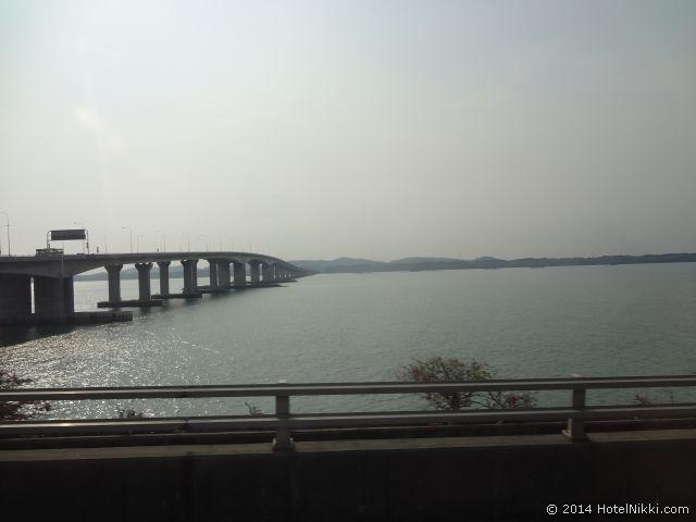 2014年3月、マレーシア・マラッカ写真旅行記 シンガポールに向かう橋を渡ります