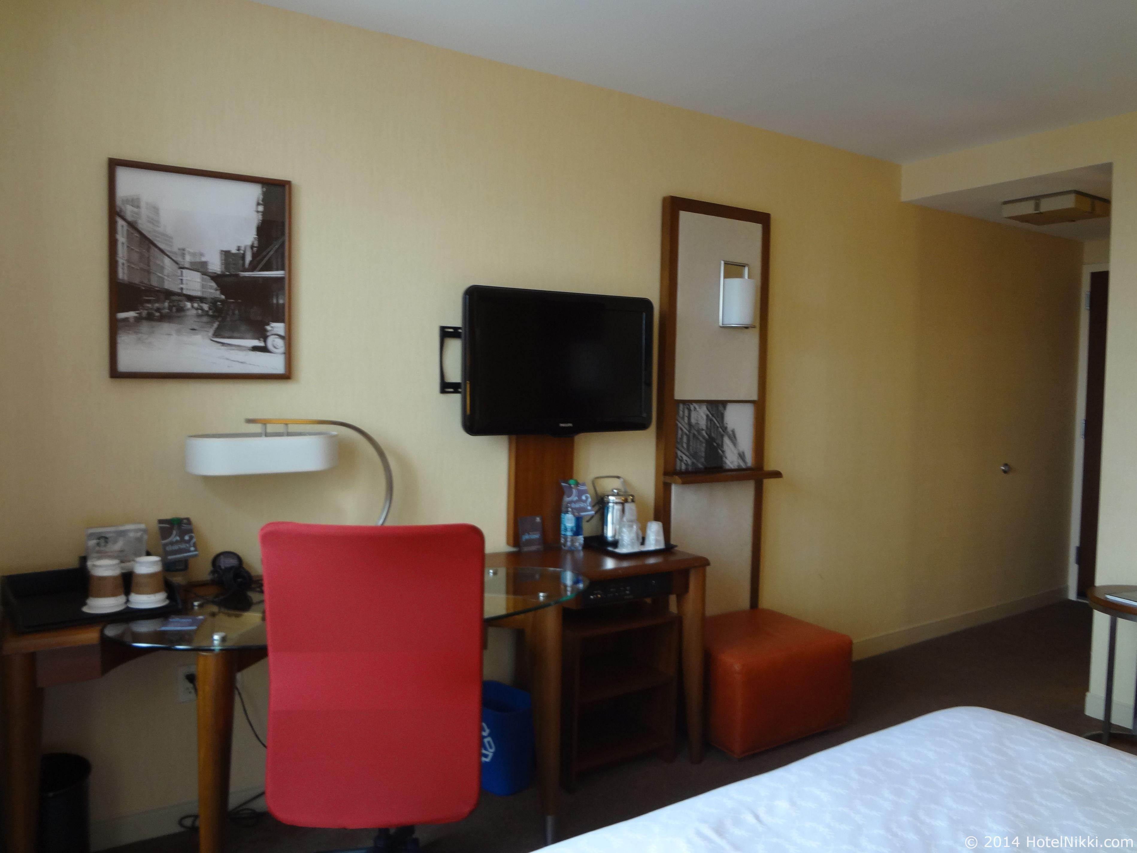 シェラトントライベッカニューヨークホテル テレビとデスクエリア、荷物置き場