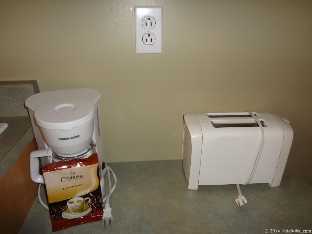 ホテル レ スイーツ ラベル モントリオール コーヒーマシンとトースター