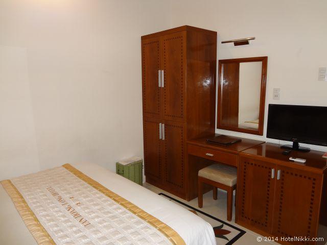タン ホアン ロング ホテル ホーチミンシティ クローゼットと机