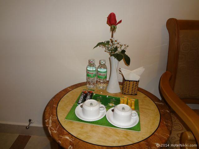 タン ホアン ロング ホテル ホーチミンシティ 無料の水2本とコーヒー・紅茶セット