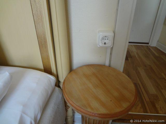 メイフェアーホテル ベッドサイドテーブルと電源