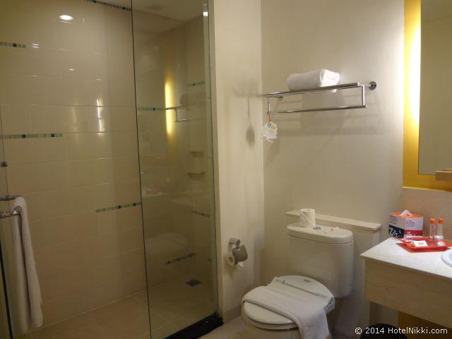 ハリス スイーツ FX スディアマン、ツインルームのバスルーム