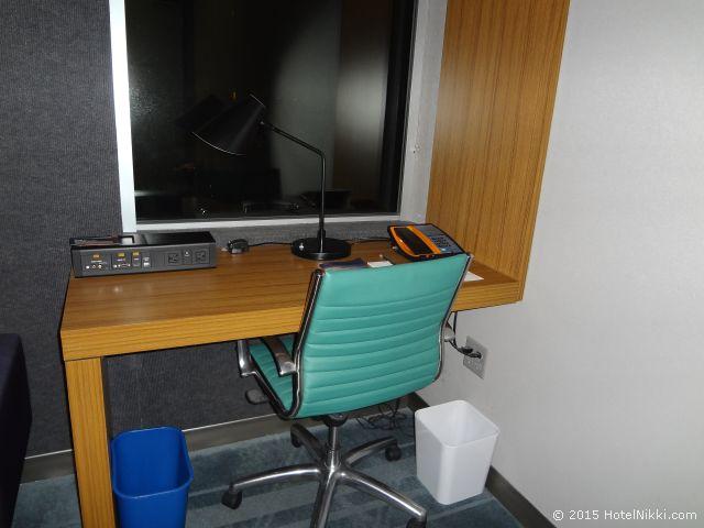 アロフト フェニックス エアポート、デスクの上にLANケーブルとテレビ接続端子ボックスあり
