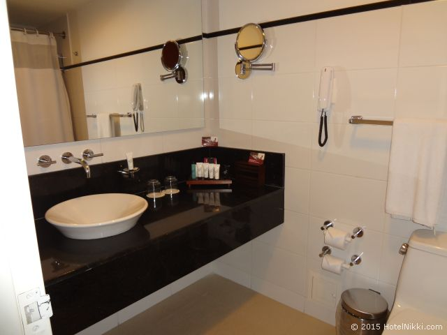 クラウン プラザ スイーツ テケンダマ ボゴタ バスルーム