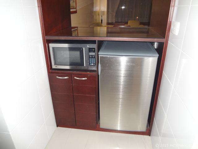 クラウン プラザ スイーツ テケンダマ ボゴタ、キッチンの冷蔵庫と電子レンジ