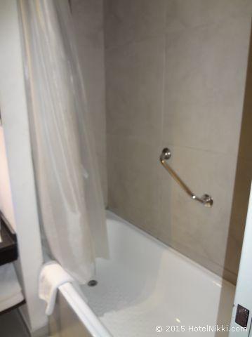 ユニーク パラシオ サン テルモ ホテル ブエノスアイレス、狭いですがバスタブあり