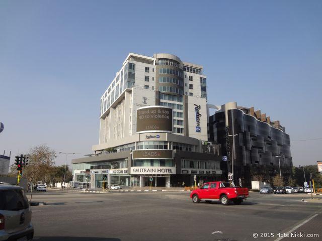 ラディソン ブル ガウトレイン ホテル サントン ヨハネスブルグ、サントン駅を降りてすぐにホテルが!