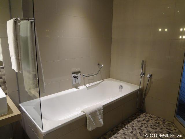 ラディソン ブル ガウトレイン ホテル サントン ヨハネスブルグ、きれいでゆったりできるバスタブ